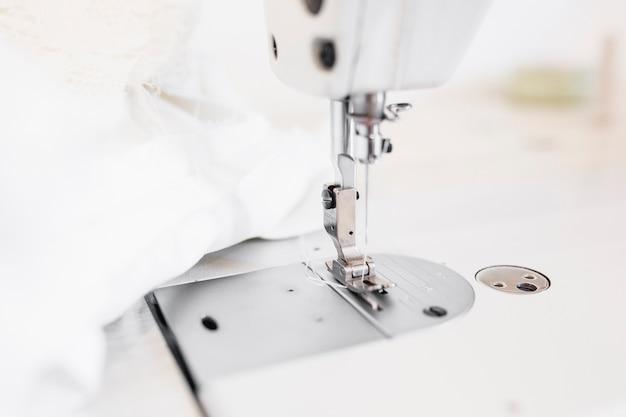 Close-up de uma agulha de máquina de costura