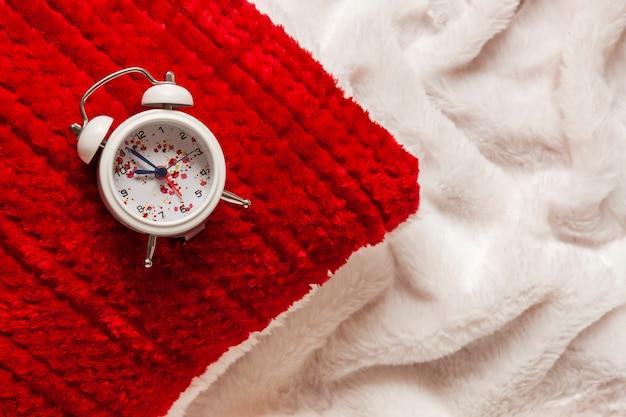 Close-up de uma almofada vermelha e despertador