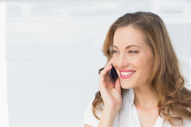Close-up de uma bela empresária usando celular