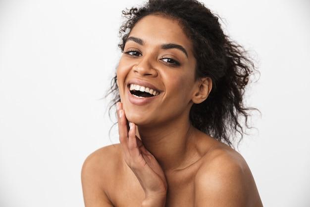 Close-up de uma bela jovem africana em topless posando sobre branco