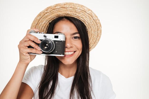 Close-up de uma bela jovem em pé de chapéu