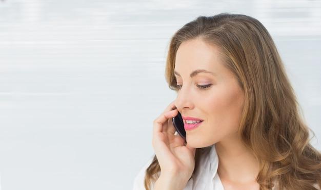 Close-up de uma bela jovem empresária usando celular