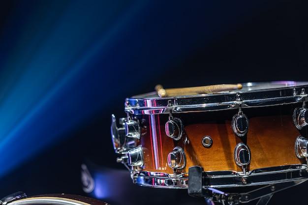 Close-up de uma caixa, instrumento de percussão em um fundo escuro com bela iluminação, copie o espaço.