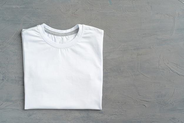 Close-up de uma camiseta de cor branca, copie o espaço