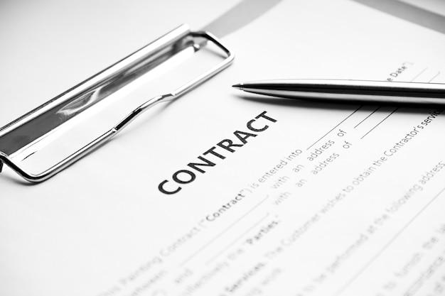 Close-up de uma caneta de prata em contrato documental. assinatura do contrato legal, compra e venda de imóveis, assinatura do contrato em papel documento com caneta preta