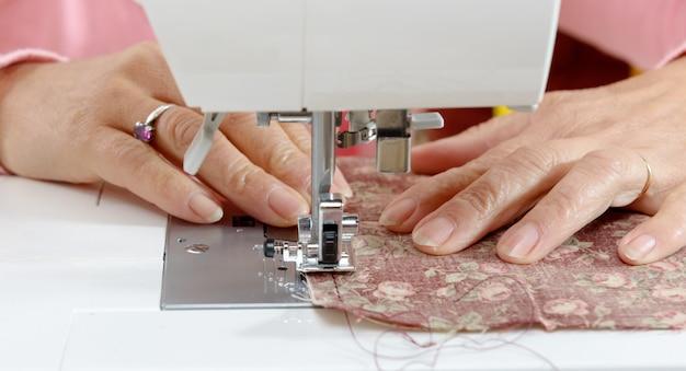 Close-up de uma costureira trabalhando as mãos