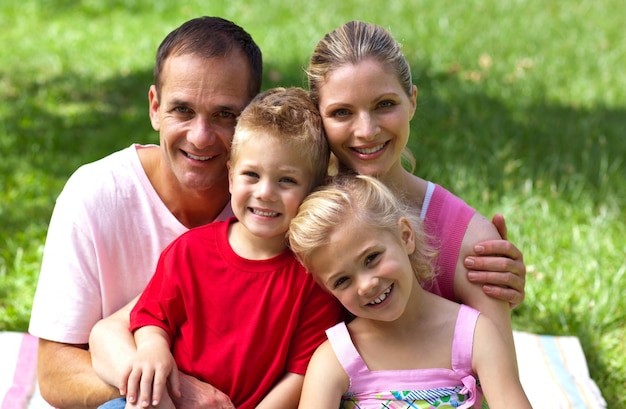 Close-up de uma família feliz, sorrindo para a câmera