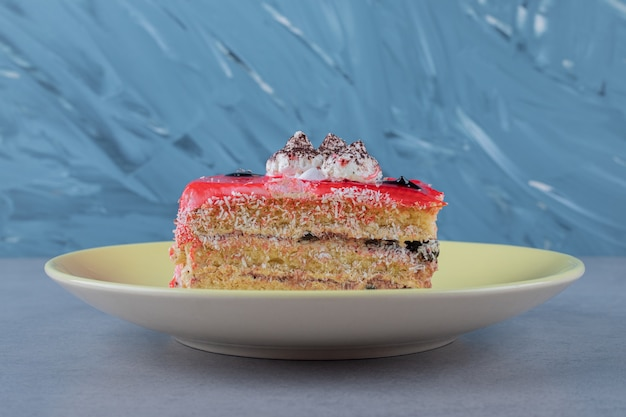 Close up de uma fatia de bolo de morango fresco