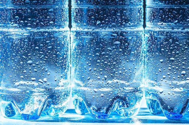 Close up de uma garrafa de água com gás com condensação