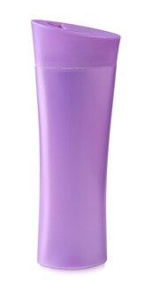 Close up de uma garrafa rosa em fundo branco com traçado de recorte