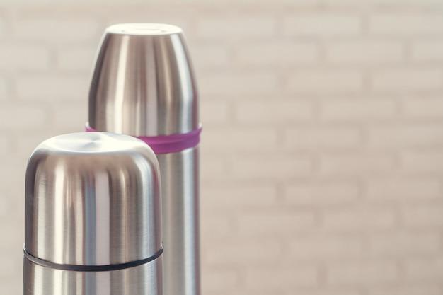 Close-up de uma garrafa térmica à luz do dia