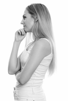 Close-up de uma jovem adolescente bonita com cabelo loiro isolado