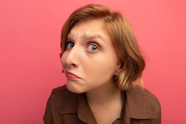 Close-up de uma jovem loira em dúvida