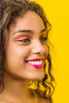 Close-up de uma jovem mulher afro-americana bonita e maquiagem posando