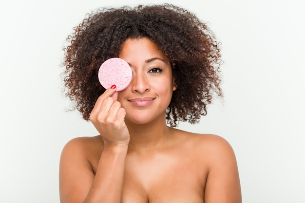 Close-up de uma jovem mulher afro-americana segurando um disco facial