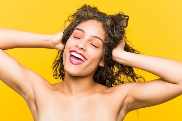 Close-up de uma jovem mulher bonita e maquiagem posando
