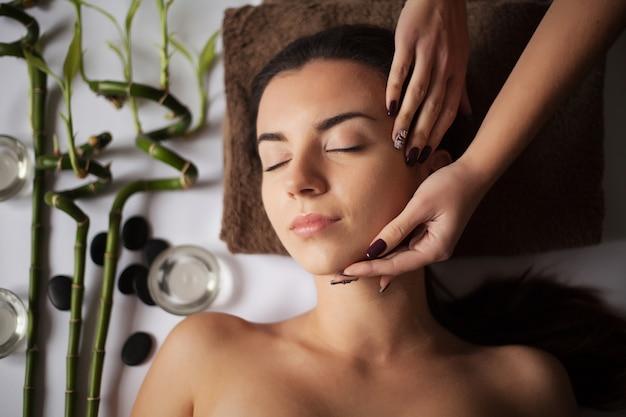 Close-up de uma jovem mulher, recebendo tratamento de spa.