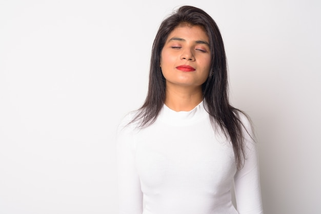 Close-up de uma jovem persa isolada
