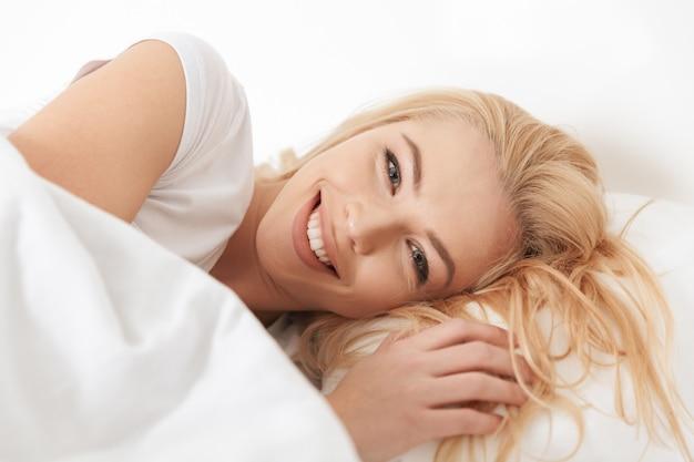 Close-up de uma jovem sorridente