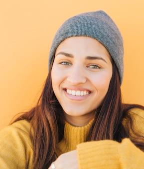 Close-up de uma jovem usando chapéu de malha