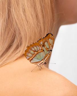 Close-up de uma linda borboleta no ombro