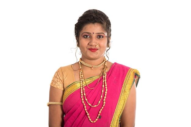 Close-up de uma linda garota indiana tradicional em sari em branco