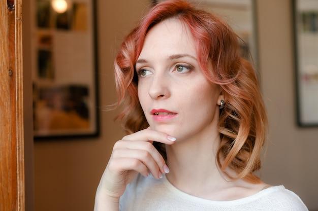 Close-up de uma linda mulher caucasiana com cabelo ruivo