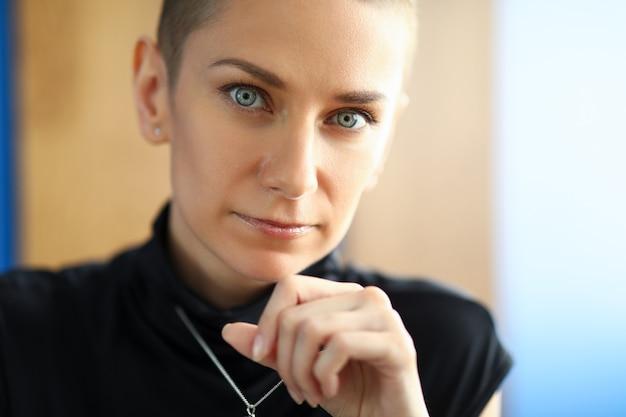 Close-up de uma linda mulher olhando com calma e seriedade. mulher séria