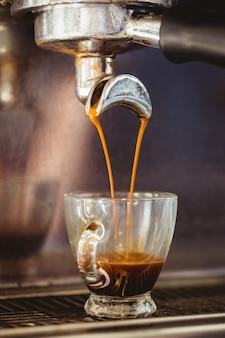 Close-up de uma máquina de café derramando café