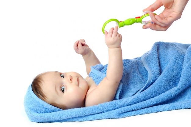 Close-up de uma menina de quatro meses com um chocalho