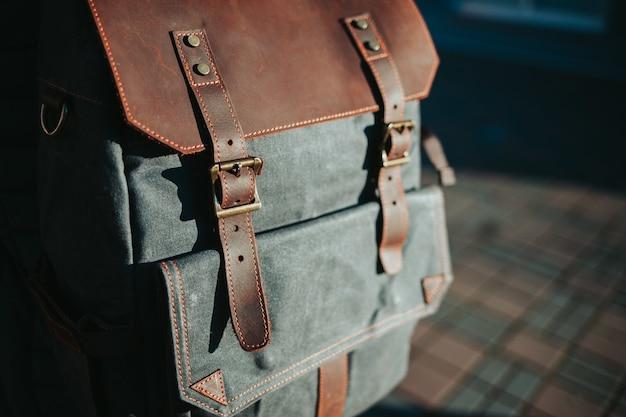 Close up de uma mochila cinza e marrom