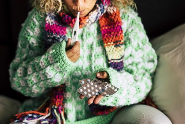 Close-up de uma mulher adulta em casa no inverno com problemas saudáveis de frio sazonais
