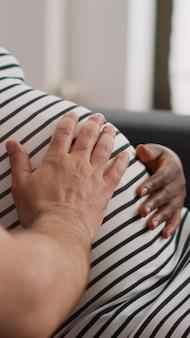 Close-up de uma mulher afro-americana com barriguinha de bebê