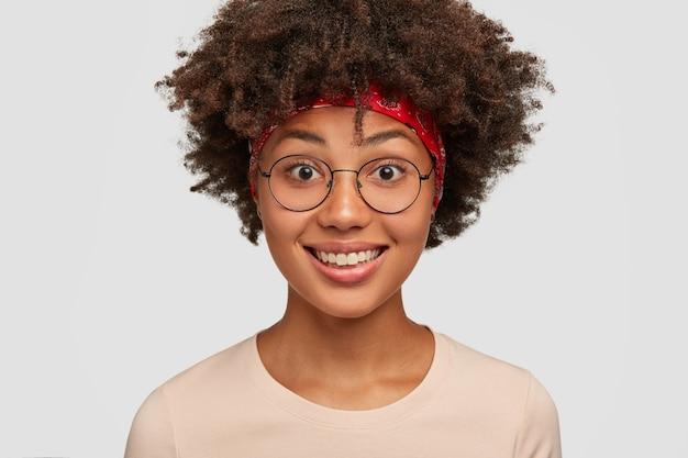 Close-up de uma mulher alegre de pele escura com um sorriso positivo