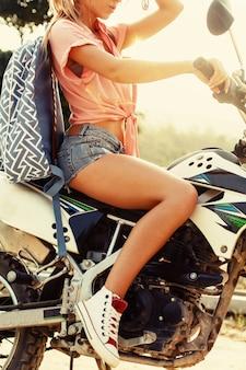 Close-up de uma mulher atraente que conduz uma motocicleta