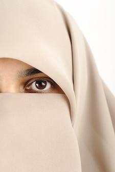 Close-up de uma mulher com hijab