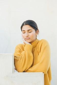 Close-up de uma mulher com os olhos fechados