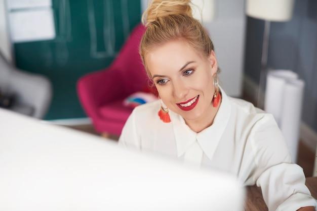 Close-up de uma mulher curtindo seu trabalho