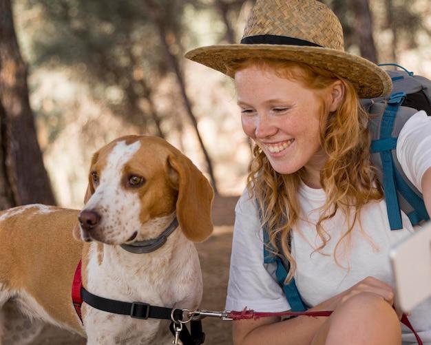 Close-up de uma mulher e seu cachorro se divertindo