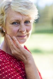 Close-up de uma mulher sênior