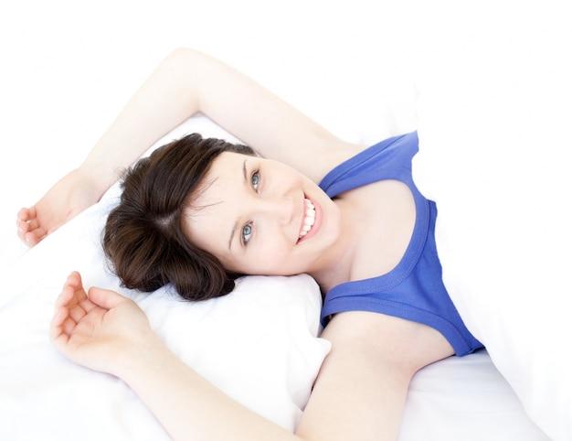 Close-up de uma mulher sonhadora acorda devagar