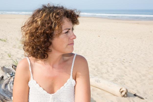 Close-up de uma mulher triste e deprimida profundamente no pensamento ao ar livre