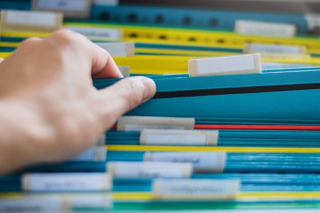 Close up de uma pesquisa manual e selecione uma pasta de arquivos