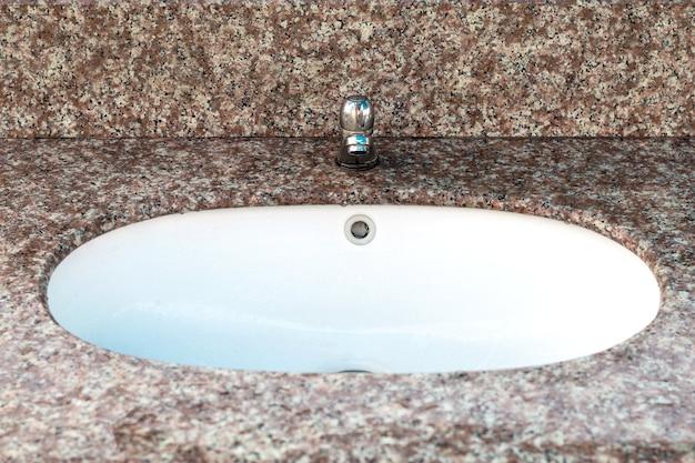 Close-up de uma pia em um banheiro moderno