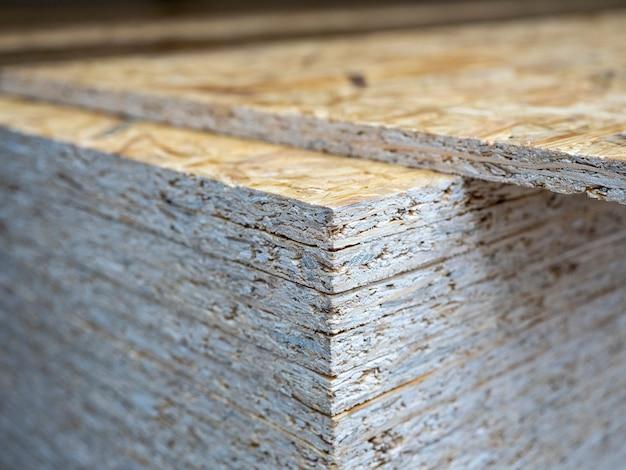 Close-up de uma pilha de folhas osb. madeira, construção, foco seletivo