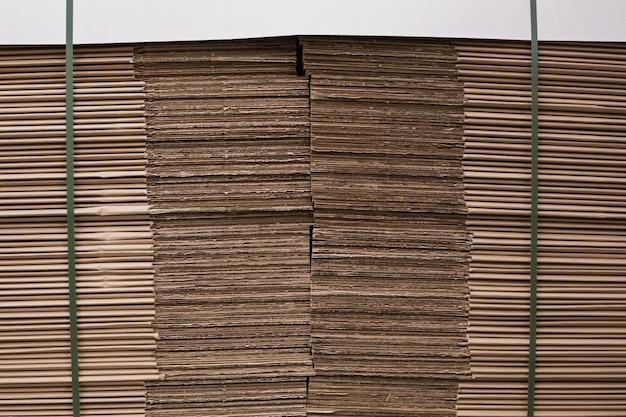 Close up de uma pilha de papelão