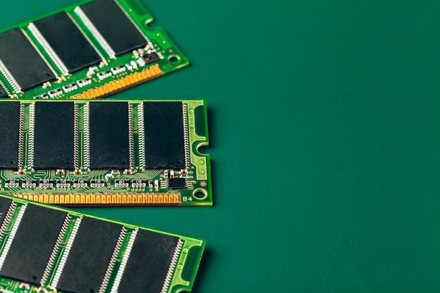 Close-up de uma placa de circuito eletrônico com processador