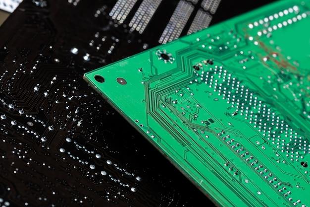 Close-up de uma placa de circuito impresso de computador verde