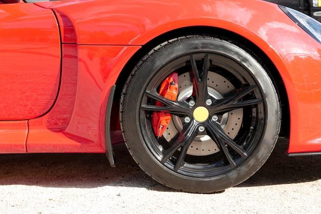 Close-up de uma roda de carro esportivo