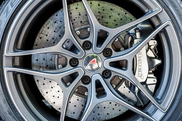 Close up de uma roda de mclaren e sistema de freio